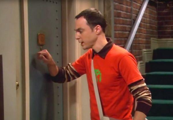 The Big Bang Theory: ecco perch? Sheldon bussa tre volte