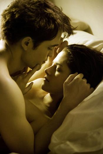 Edward (Robert Pattinson) e Bella (Kristen Stewart) a letto insieme in Breaking Dawn