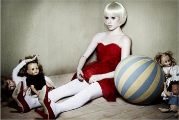 Avril in versione bambola per il servizio fotografico di Prestige Magazine