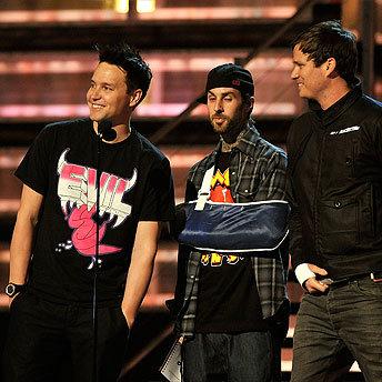 I Blink182 alla consegna dei Grammy: si può notare la vistosa fasciatura al braccio di Travis, uno dei postumi dell'incidente