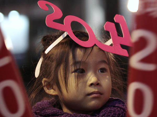 Una bambina ad Hong Kong che ha già festeggiato l'avvento del 2011