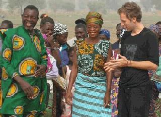 Chris Martin in uno dei suoi viaggi umanitari in Africa