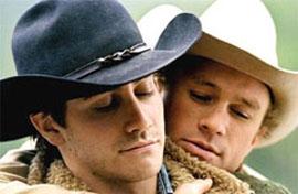 """Heath con Jake Gyllenhaal in una celebre immagine tratta da """"I Segreti di Brokeback Mountain"""""""