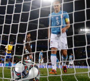 La delusione di Cannavaro, alle sue spalle si scorge anche Gigi Buffon