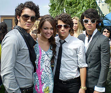 i Jonas Brothers con Miley Cyrus