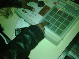 Le magiche dita di Kanye West alla console...