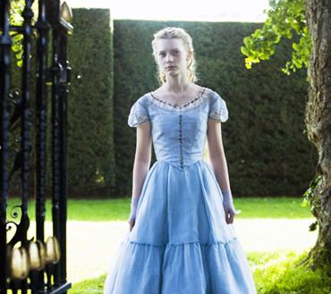 Mia in una scena di Alice in Wonderland