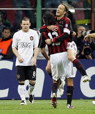 Ambrosini e Nesta festeggiano, davanti a un rammaricato Rooney,  l'ultimo successo rossonero contro il Man Utd