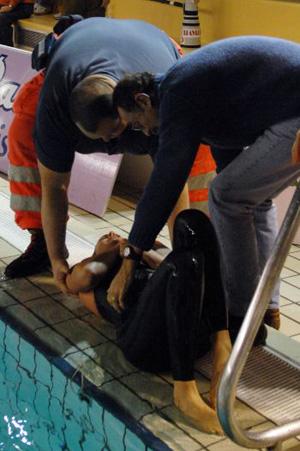 Federica Pellegrini soccorsa all'uscita dalla vasca