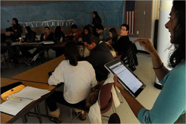 Un'insegnante della Roslyn High School che tiene la sua lezione utilizzando l'iPad