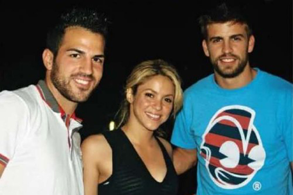 Shakira tra Fabregas e Piquè (a destra)
