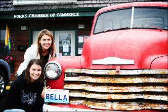 Due fan accanto alla macchina di Bella